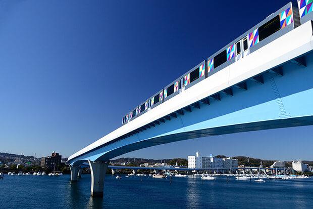 The 2000 series traveling by Hirakata Bay