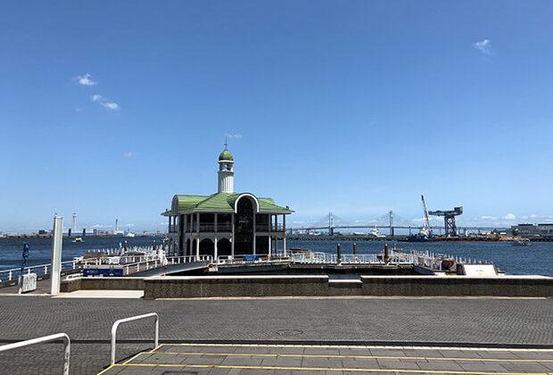 夏季蓝天碧海中的港未来栈桥