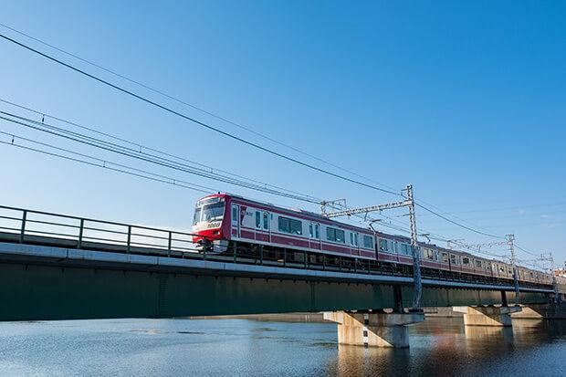 駛過鶴見川的京急線