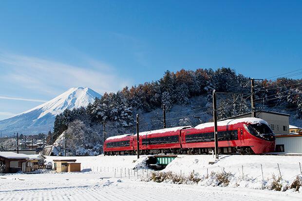 山頂積雪的富士山