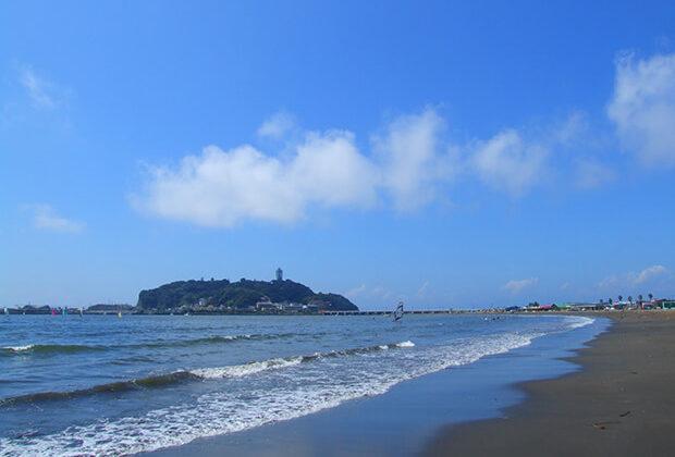 เกาะเอโนชิมะลอยอยู่ท่ามกลางสีน้ำเงินของท้องฟ้ากับทะเล