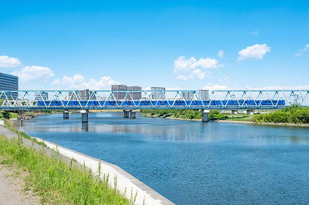 ทางรถไฟสายเคย์คิวข้ามผ่านแม่น้ำทามะ