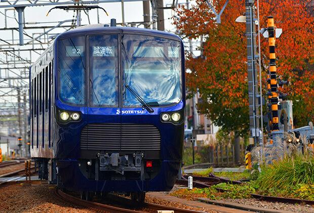รถไฟขบวน ชุด 20000 ในฤดูใบไม้ร่วง