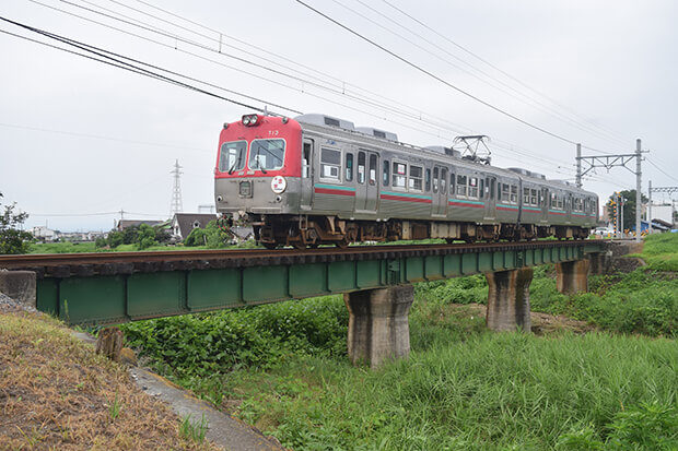 สะพานข้ามแม่น้ำอาราโตะกับรถไฟขบวน แบบ 700