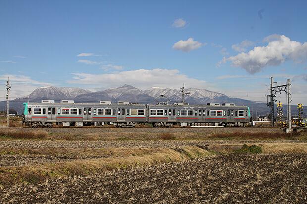 ทิวทัศน์หิมะของภูเขาอาคากิกับรถไฟขบวน แบบ 700