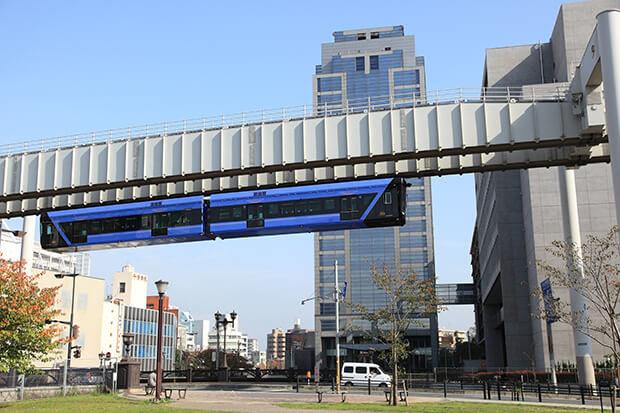รถไฟฟ้ารางเดี่ยวเมืองจิบะในฤดูใบไม้ร่วง