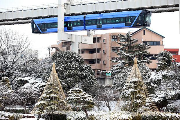 ทิวทัศน์หิมะที่มองเห็นจากรถไฟฟ้ารางเดี่ยว