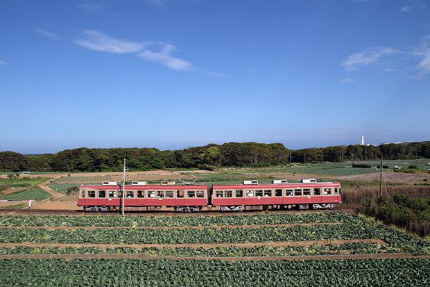 รถไฟขบวน ชุด 2000 แล่นในอินุโบซากิ