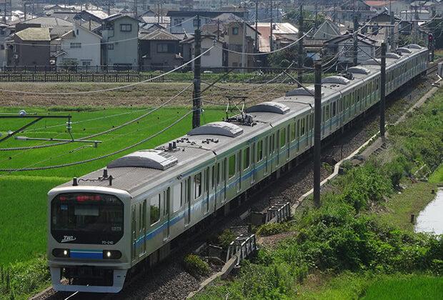 รถไฟฟ้าสายรินไคแล่นในแมกไม้เขียวขจีฤดูร้อน