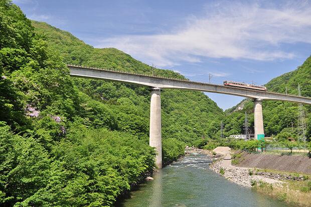 สะพานข้ามแม่น้ำคินุกาวะที่ 1 กับรถไฟขบวน แบบ 6050