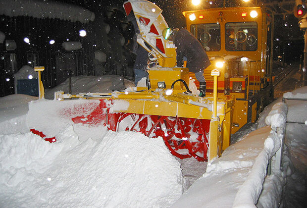 ผู้ปิดทองหลังพระ! รถไฟไถหิมะยากัน