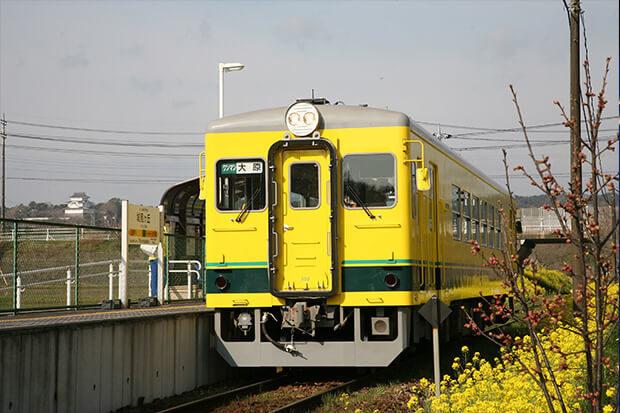 早春の城見ケ丘駅 いすみ350形と遠景に大多喜城を望む
